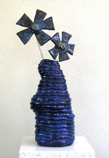 Blauw keramiek vaasje met 2 bloemen - 2009