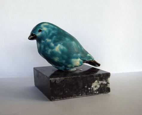 Blauw keramiek vogeltje miniatuur op marmer blok