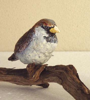 Mus Miniatuur - 5 cm hoog - Keramiek op houten tak