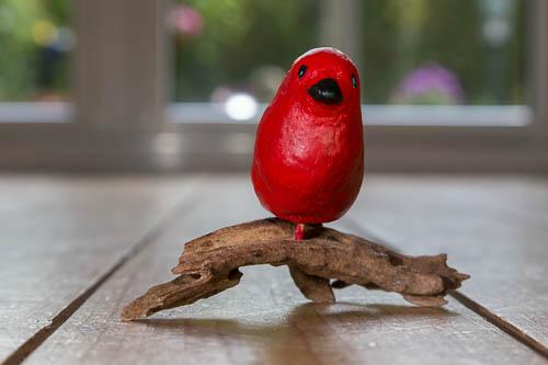 Rood vogeltje op tak - 2013 * Keramiek - 5 cm
